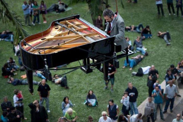 suspended piano performance Pianist Ricardo de Castro Monteiro